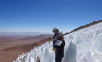 Lara Vimercati y Jack Darcy, dos estudiantes de licenciatura, en el borde de un campo de nieves penitentes en un volcán chileno en donde los investigadores inesperadamente encontraron algas
