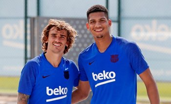 El uruguayo Ronald Araújo junto a Antoine Griezman, un nuevo compañero