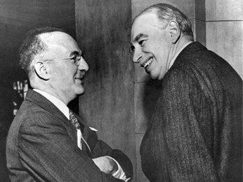 Harry Dexter White, subsecretario del Tesoro de EEUU (izquierda), y el inglés John Maynard Keynes en la reunión inaugural del Fondo Monetario Internacional en Savannah, Georgia, el 8 de marzo de 1946