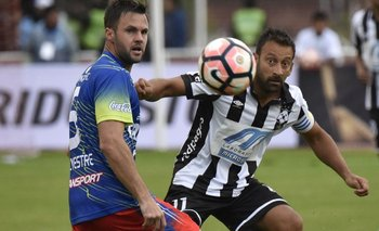 Sergio Blanco defendiendo a Wanderers