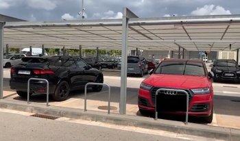 Los coches de Suárez y Messi