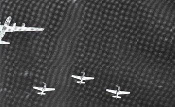 Un B-29, arriba a la izquierda, escoltado por cazas Mustang P-51, se dirige a bombardear Japón