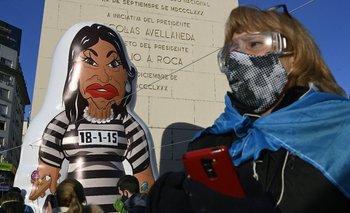 Un inflable de la vicepresidenta argentina Cristina Fernández en una marcha contra las medidas del gobierno de Alberto Fernández durante la pandemia del coronavirus