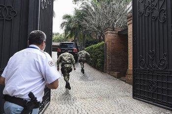 El expresidente argentino Mauricio Macri llega a la casa del expresidente paraguayo Horacio Cartés
