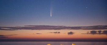El cometa visto desde el puerto de Molfetta en Italia.