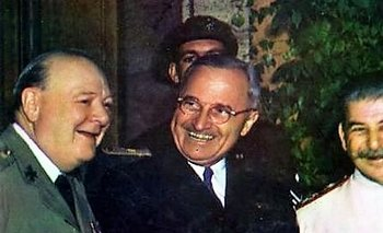 Winston Churchill, Harry S. Truman y Iosif Stalin en Potsdam, Alemania, julio de 1945