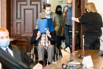 Bruno Dey, un exguardia SS, llega a un juicio en Hamburgo, Alemania