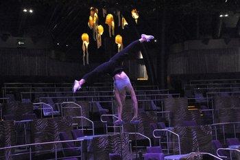 Una de las acróbatas del Cirque du Soleil entrena previo al regreso