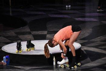 Sobre patines, una de las artistas del Cirque du Soleil entrena previo al regreso