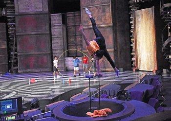Integrantes del Cirque du Soleil en los preparativos de la vuelta de Joyà
