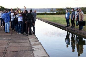 El domingo pasado Bolsonaro caminó por los jardines del Palacio de Alvorada al encuentro de decenas simpatizantes