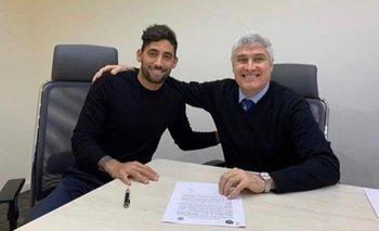 Jonathan Urretaviscaya firmó el contrato con Peñarol junto a su abogado, Adrián Leiza
