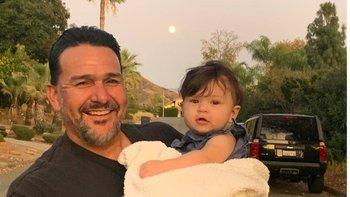 Emmanuel Cafferty celebró con sus hijas y nietos su nuevo empleo… que perdió después de ser expuesto y criticado en Twitter