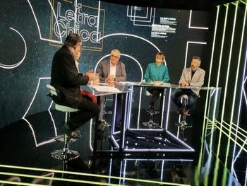 Ricardo Piñeyrúa, Ana Matyszczyk y Diego González, conductores de La letra chica, junto a los periodistas Antonio Ladra y Natalia Uval