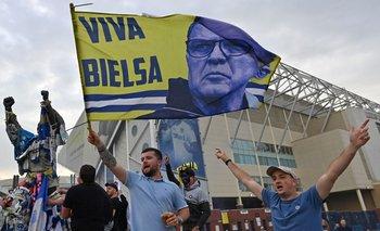 Hinchas de Leeds y la bandera para Bielsa