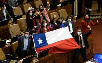 Diputados chilenos festejan después de la votación en el Congreso