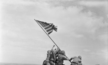 """""""Alzando la bandera en Iwo Jima"""", la icónica fotografía de Joe Rosenthal, de Associated Press, de febrero de 1945, en el monte Suribachi. Los marines pagaron un alto precio por cada metro ganado a los japoneses"""