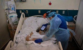 La doctora Moyra López le hace escuchar a una paciente terminal un mensaje de despedida de sus familiares