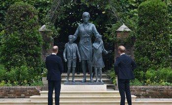 Harry y William junto a la estatua de su madre en Kensington