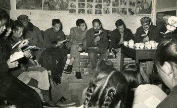 Sergio Cabrera (penúltimo de derecha a izquierda) en una comuna popular en Pekín en 1966.