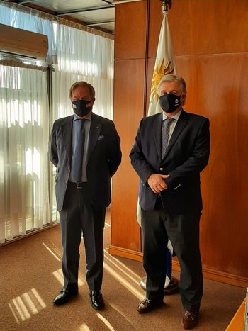 El embajador de España en Uruguay, José Javier Gómez-Llera, junto con el canciller Francisco Bustillo