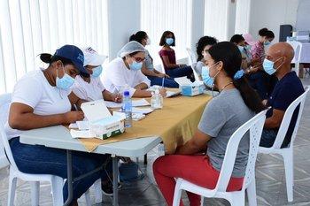 Dominicanos acuden a vacunarse contra el coronavirus, en Nagua el 26 de junio de 2021