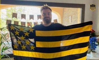 Ibai Llanos con la bandera de Peñarol