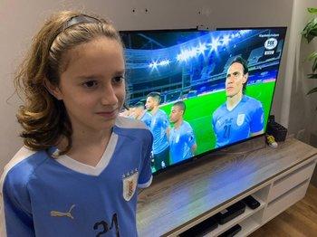 Renán y el himno uruguayo en el partido ante Paraguay