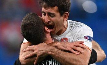 El abrazo de Oyarzabal y Simón, figuras de Real Sociedad y Athletic, juntos en España