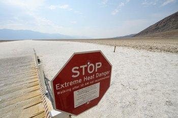Advierten del peligro de calor extremo en Badwater Basin, dentro del Parque Nacional Death Valley en el condado de Inyo, California
