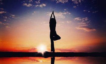 No necesitas clases de yoga: lo puedes hacer en la cocina, mientras esperas que hierve el arroz.