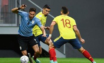 Rodrigo Bentancur marcado por Rafael Santos Borré en la Copa América 2021