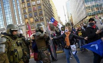 Policia y manifestantes chocaron en las afueras de donde se desarrollaba la primera sesión constituyente