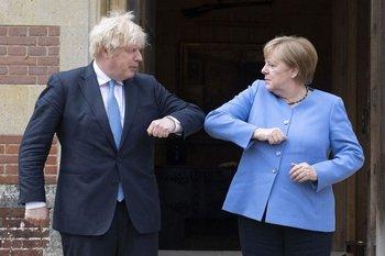 A la izquierda el primer ministro del Reino Unido, Boris Johnson. A la derecha la canciller alemana, Angela Merkel