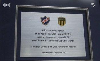 La ya famosa plaqueta que Nacional le entregó a Peñarol el pasado domingo 4 de julio en el clásico del Torneo Apertura