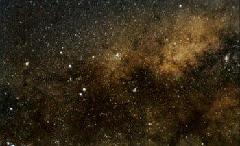 Fotografía del centro galáctico y la constelación del Escorpión. Imagen lograda con Xiaomi Redmi Note 8 mediante apilado de 50 tomas de 16 segundos de exposición. Esta técnica permite detectar con el celular objetos mucho mas débiles que los visibles a simple vista.
