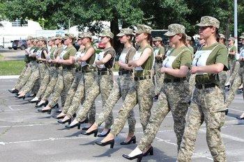 El ejército ucraniano publicó imágenes de mujeres soldado practicando para un desfile con tacones
