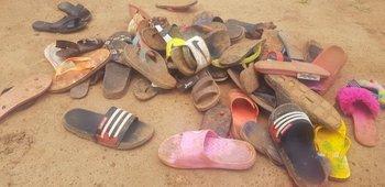 Los zapatos de los estudiantes de un internado secuestrados yacen en el suelo después de que los 140 estudiantes del internado de Bethel Baptist School fueran secuestrados por hombres armados en Kaduna, noroeste de Nigeria.