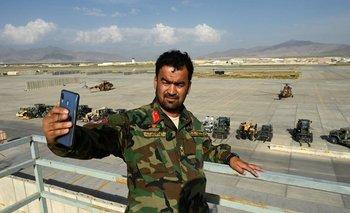 Soldado afgano se toma una foto en la base aérea estadounidense de Bagram