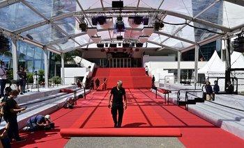 Un trabajador desenrolla la alfombra roja en el Festival de Cannes