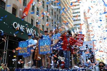 Cientos de ciudadanos y trabajadores del sector salud de la ciudad de Nueva York fueron registrados este miércoles, durante un desfile en homenaje a los servidores esenciales que contribuyeron a que la ciudad superara las etapas más duras de la actual pandemia, en Manhattan (NY, EE.UU.)