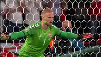 El puntero láser sobre el arquero Kasper Schmeichel en el partido entre Inglaterra y Dinamarca