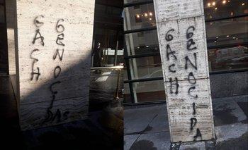 La pintada apareció en dos de las columnas del edificio