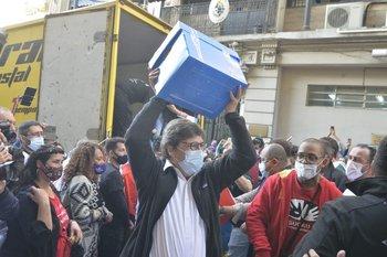 El presidente del Frente Amplio, Javier Miranda, en la entrega de las firmas contra la LUC ante la Corte Electoral