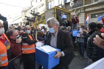 La Comisión Prorreferéndum presentó casi 800 mil firmas ante la Corte Electoral