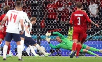 El golero danés Kasper Schmeichel fue perturbado con un láser en el penal de Inglaterra