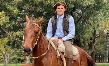 Maxi Gómez a caballo en su campo