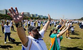 Manifestantes rezando en el acto de reivindicación de las armas