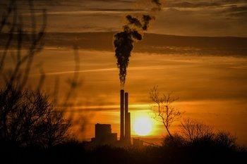 Las fábricas son una de las principales causas de la contaminación ambiental