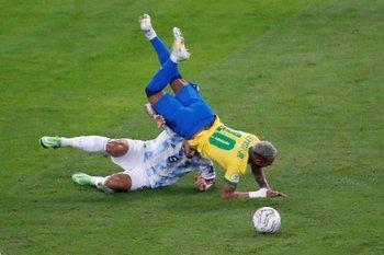 Vuela Neymar tras la marca de Paredes